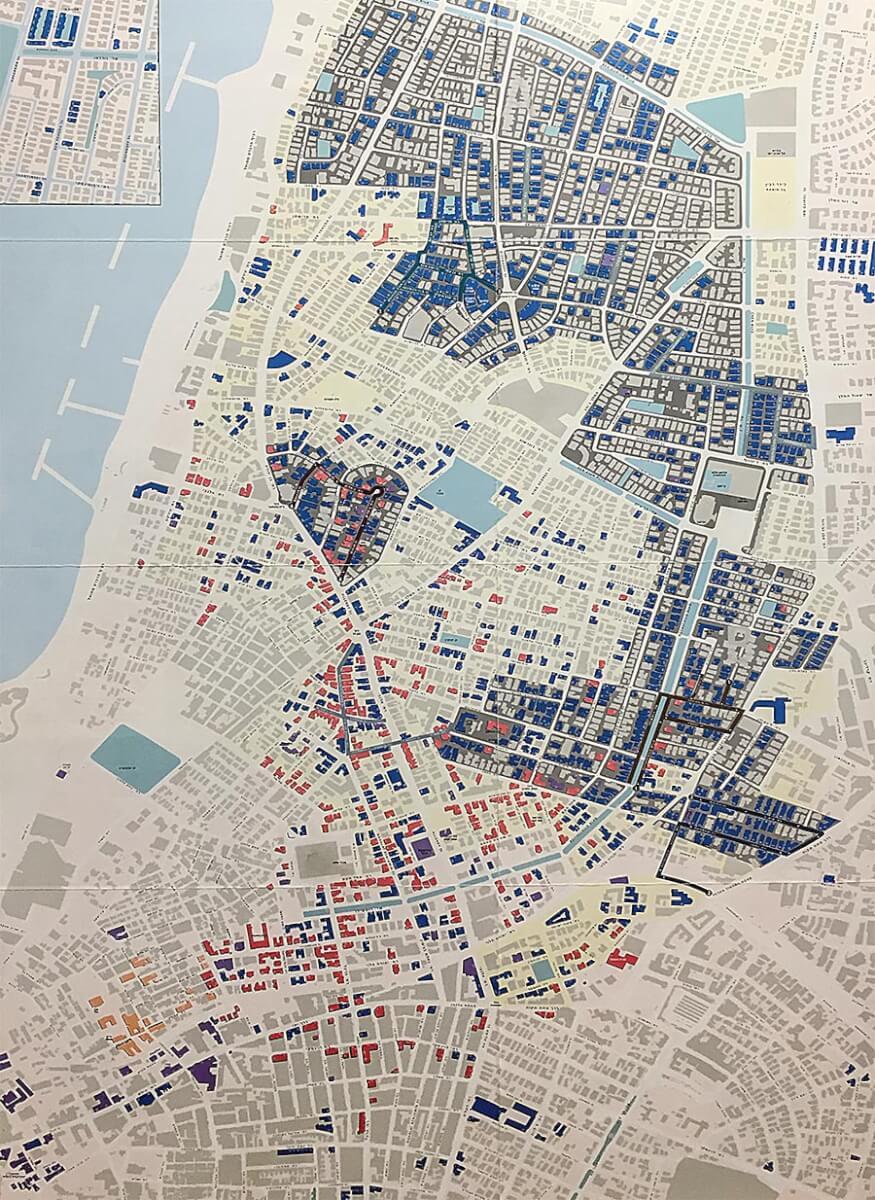 Die blauen Flächen zeigen die Standorte der Bauten im Internationalen Stil, die Karte ist in der Architektur-Ausstellung im Shalom Meir Tower zu finden © Siegbert Mattheis