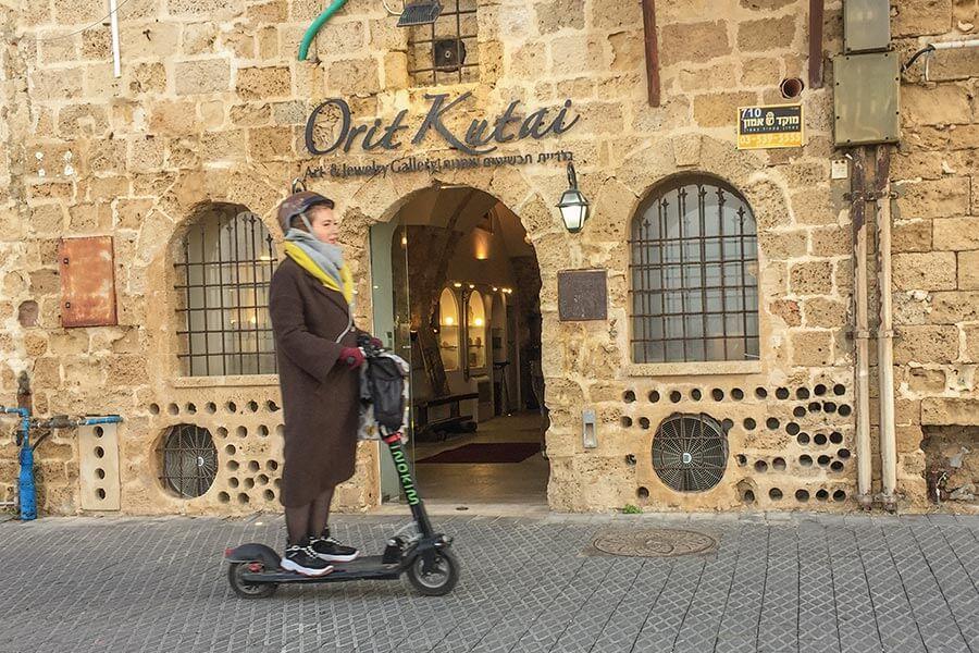 E-Bikes und E-Skooter sind die beliebtesten Fortbewegungsmittel, auch hier in Old Jaffa © Siegbert Mattheis