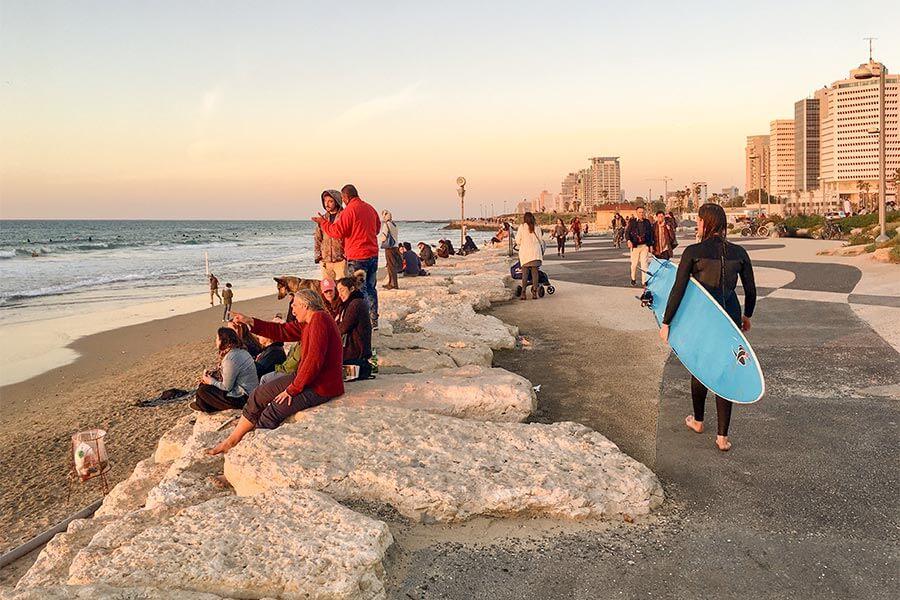 Beste Bedingungen für Surfer am Strand von Tel Aviv, auch im Januar © Siegbert Mattheis