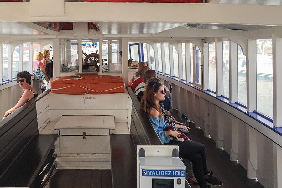 Passagiere im Hafenboot Cesar