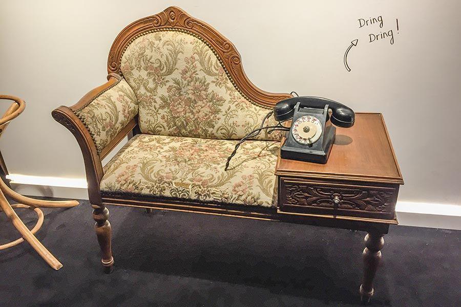 Eine Bank mit Tisch und altem Telefon