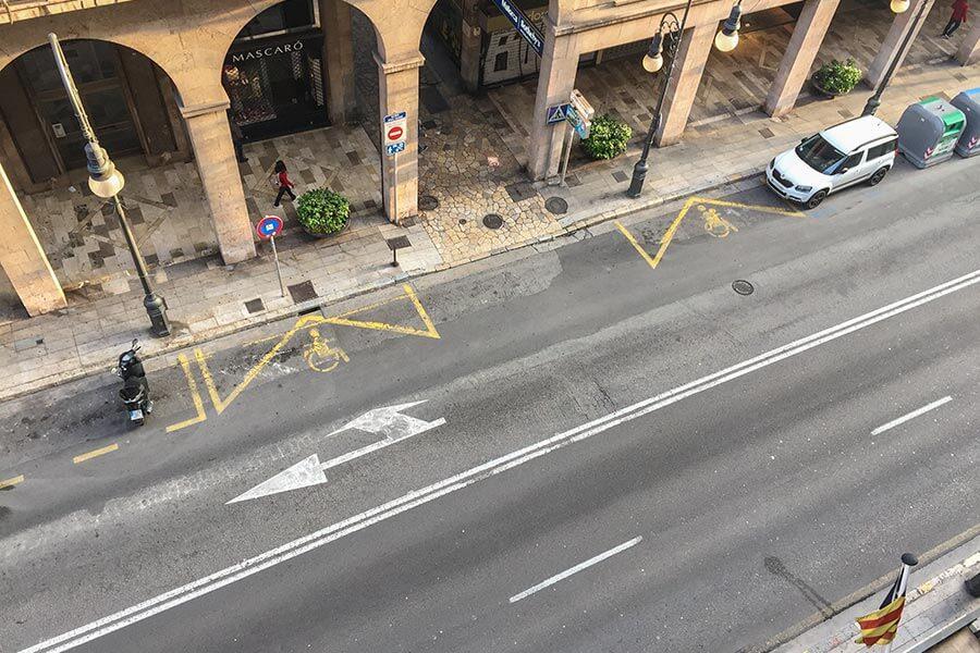 Gelbe Linien bedeuten Halte- und Parkverbot. Hier eine Ausnahme für Motorräder und Behinderte © Siegbert Mattheis