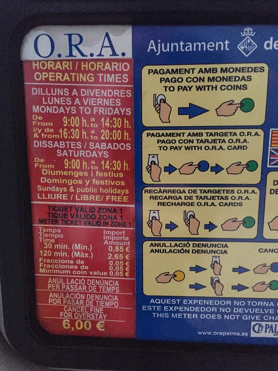 Ein Parkautomat mit Erklärungen in Mallorquin, Spanisch und Englisch © Siegbert Mattheis
