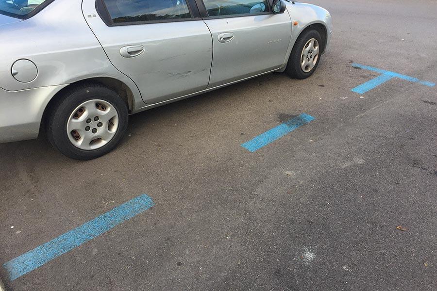 Blaue Linien bedeuten kostenpflichtiges Parken © Siegbert Mattheis