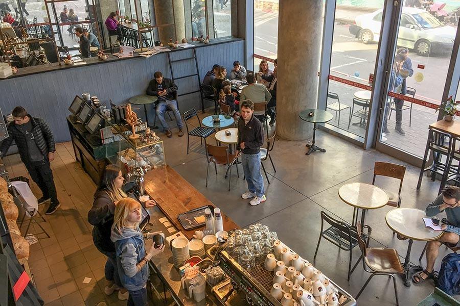 Das Aroma-Café innen am Rothschild Blvd.