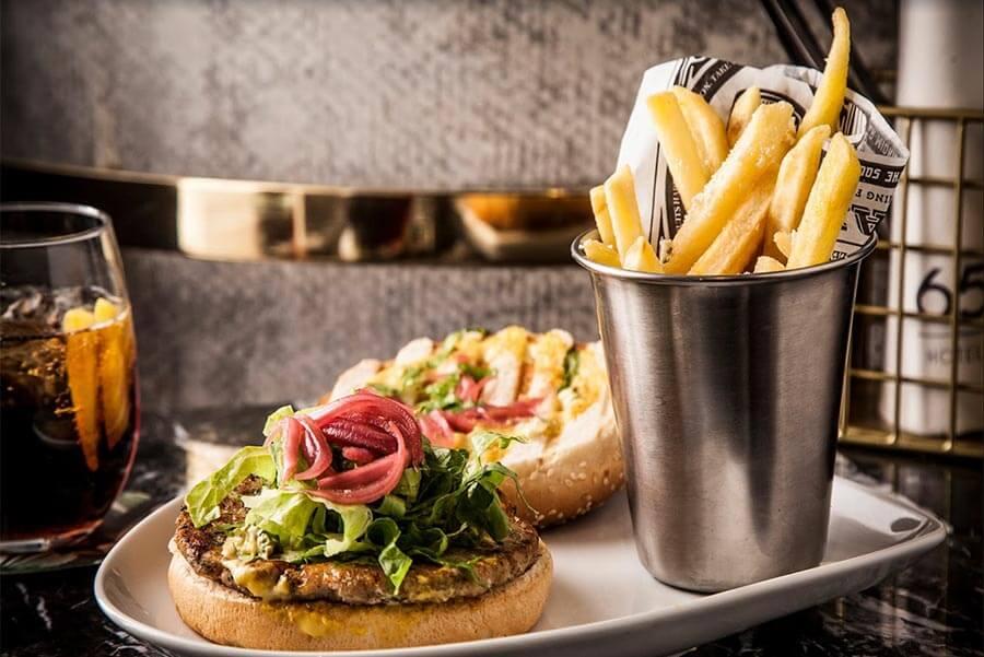 Frühstück im Café 65mit Pommes und Burger