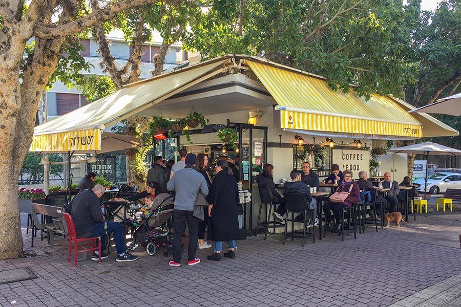 Ein typischer Kiosk in Tel-Aviv auf dem Rothschild Blvd. Ecke Mazeh St.