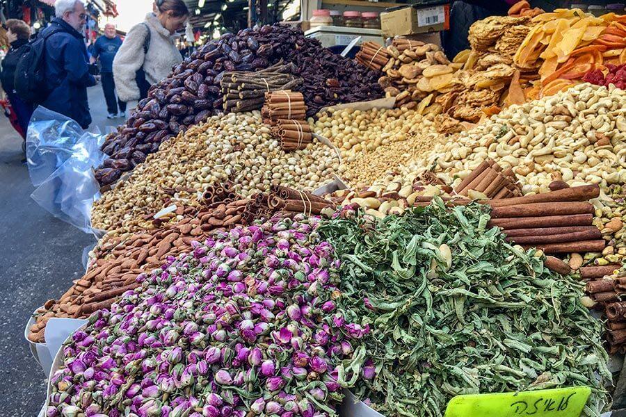 Gewürze und Kräuter auf dem Carmel Markt