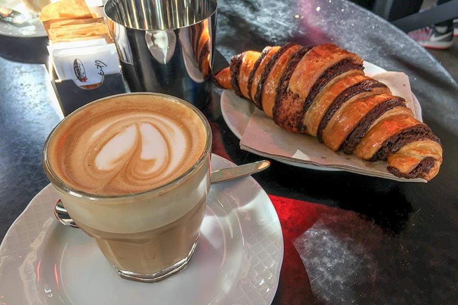 Frühstück in einem der Kioske am Rothschild Boulevard