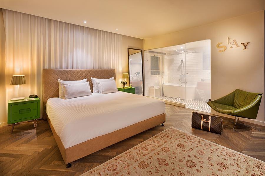Zimmer im Shenkin Hotel, die Glaswand zum Bad kann man mittels Gauzy-Technologie auf undurchsichtig stellen © Assaf Pinchuk