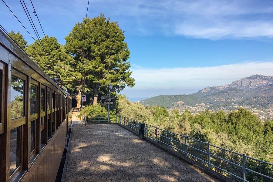 Hier von der Aussichtstelle Mirador des Pujol d'En Banya hat man einen fantastischen Blick auf Sóller, die Serra de Tramuntana und aufs Meer © Siegbert Mattheis