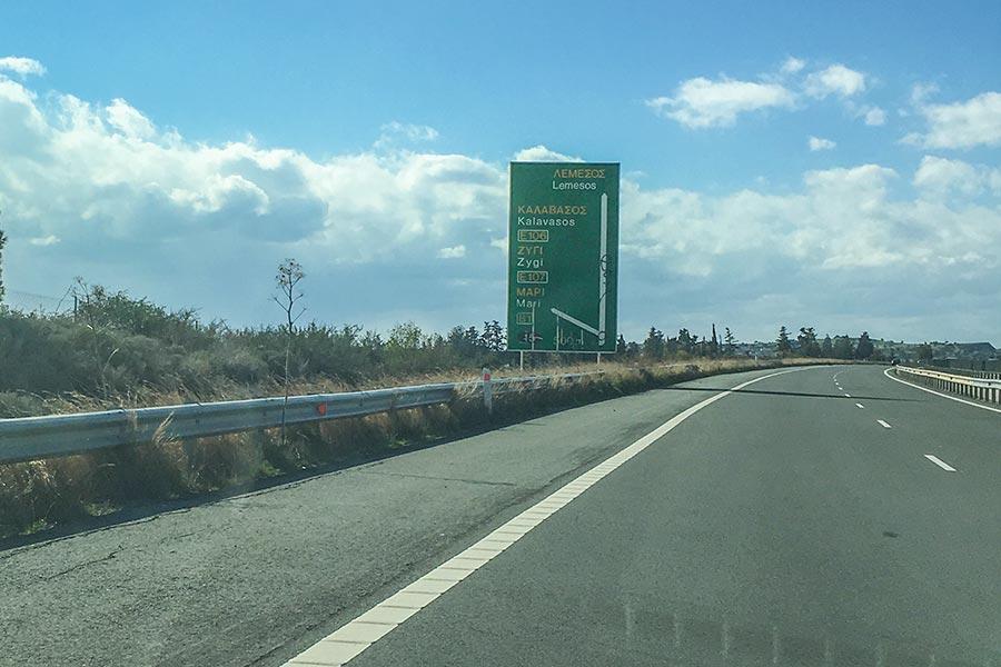 Auf Zypern gilt Linksverkehr, die Schilder sind in Griechisch und Englisch © Siegbert Mattheis
