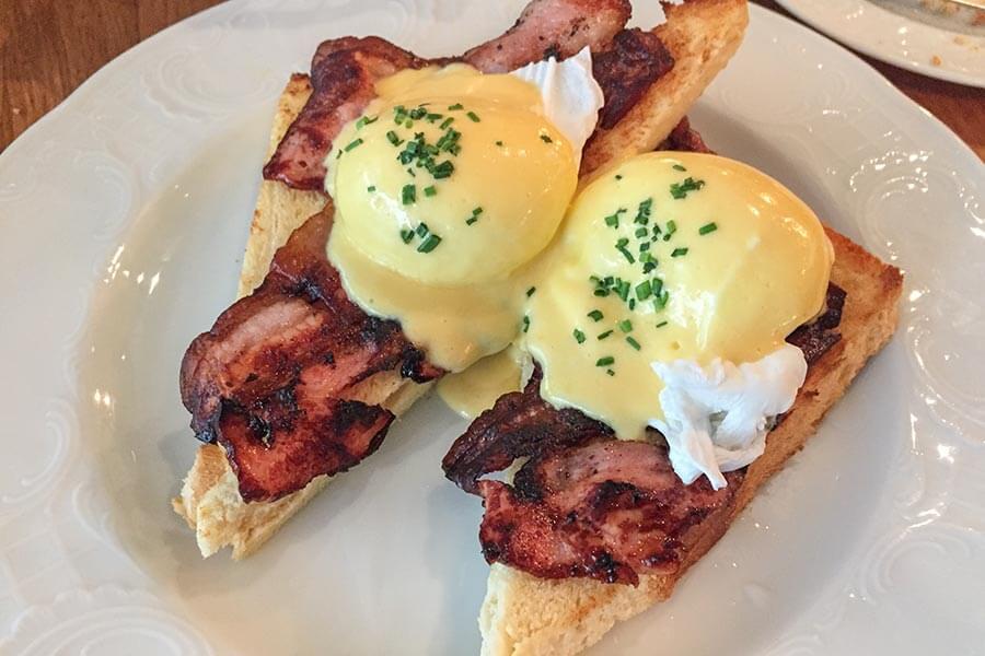 Egg Benedict klassisch auf Frühstücksspeck