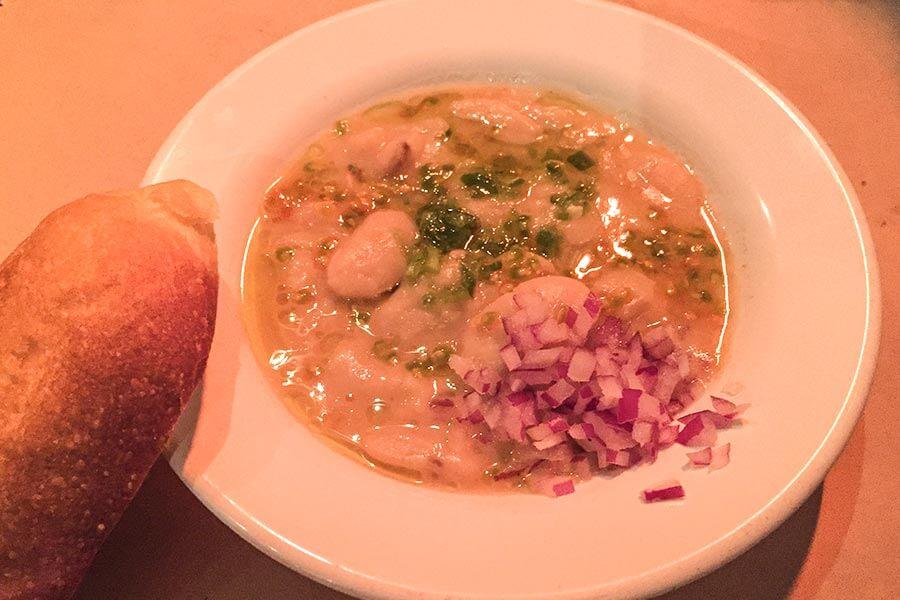 Mesabaha aus Lima Bohnen mit Zwiebeln und Tomaten