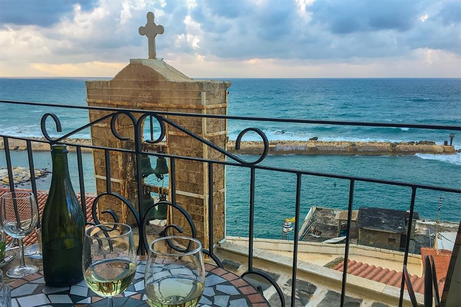 Herrlicher Blick auf den alten Hafen von Jaffa vom kleinen Balkon aus