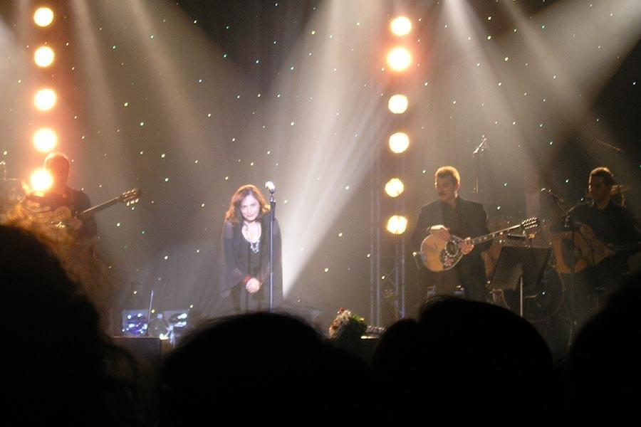 Haris Alexiou auf einem Konzert in Berlin 2006 © Inge Kanakaris-Wirtl, Wikipedia