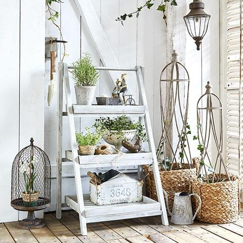 Pflanzentreppe in Antikweiß © Loberon