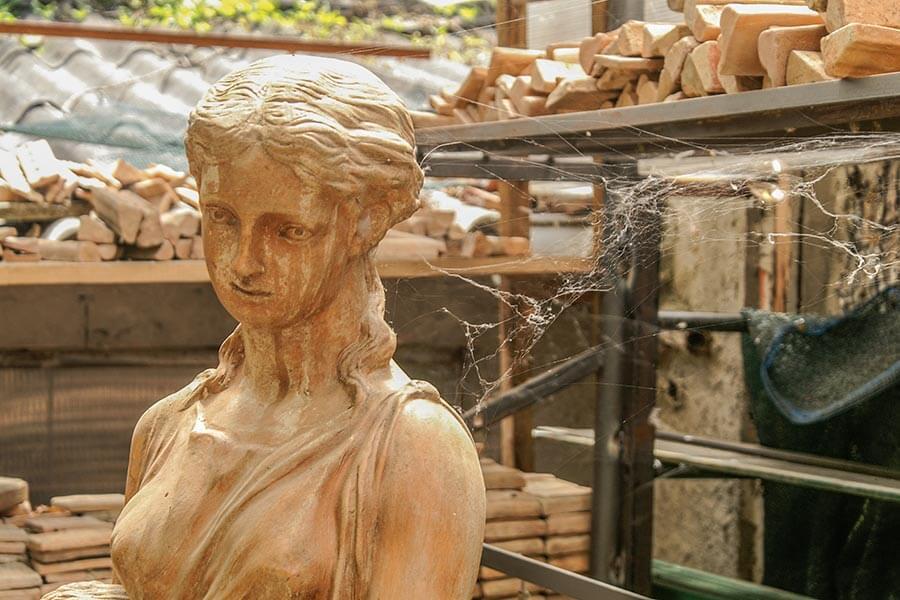 Diese schöne Figurine wartet wohl schon länger auf einen Käufer © Siegbert Mattheis
