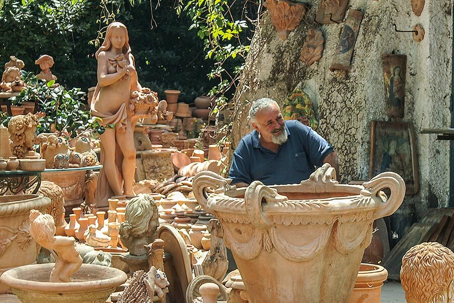 Massimo inmitten seiner Terracotta-Produkte © Siegbert Mattheis