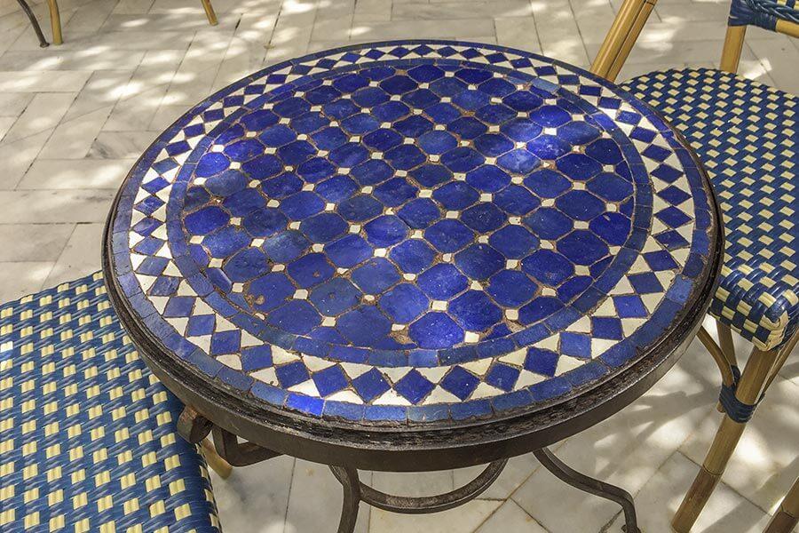 Typisch marokkanischer Mosaiktisch mit Bistrostühlen © Siegbert Mattheis