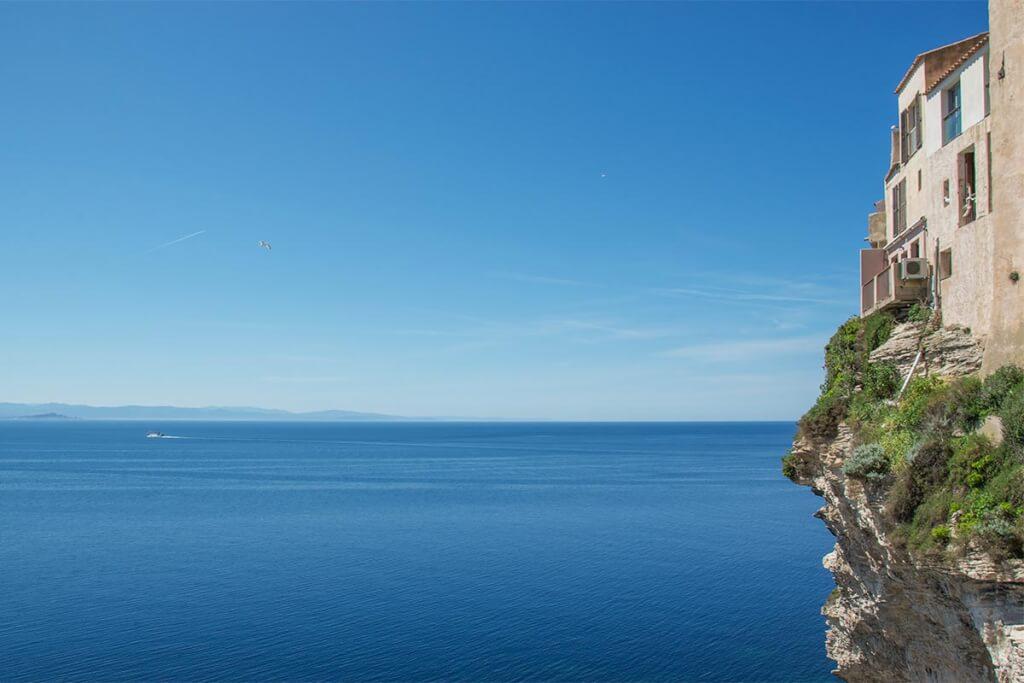 Hoch oben über der Steilküste trohnt Bonifacio und blickt auf Sardinien © Siegbert Mattheis