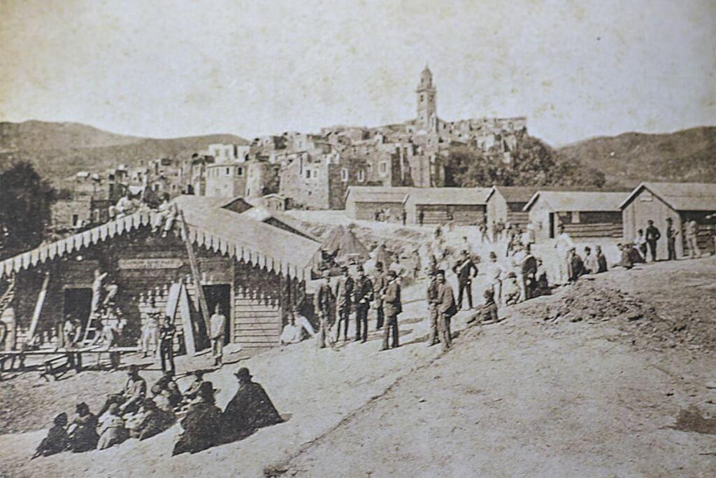 Provisorische Hütten und Zelte kurz nach dem verheerenden Erdbeben (Bild aus der Dorfchronik)