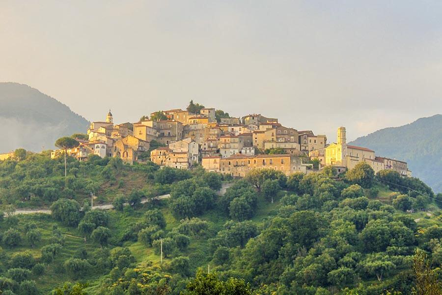 Eines der vielen Dörfer auf den Hügeln im Hinterland © Siegbert Mattheis
