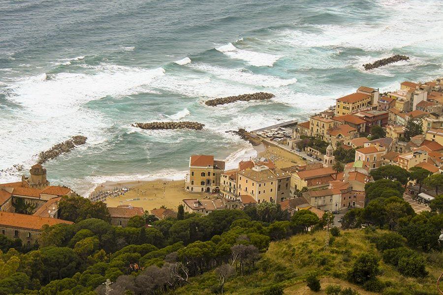 In Santa Maria di Castellabate stehen einige Häuser direkt am Sandstrand © Siegbert Mattheis