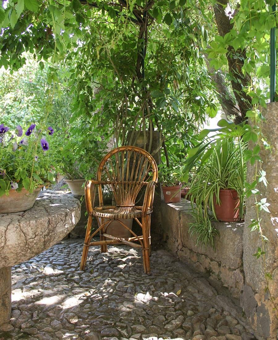 Gemütliche Sitzecke im Schatten mit Korbstuhl © Siegbert Mattheis