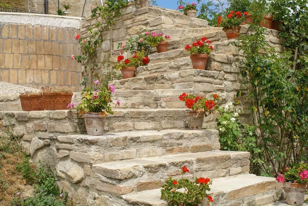 Treppen aus Naturstein passen gut zu einer mediterranen Terrasse © Siegbert Mattheis