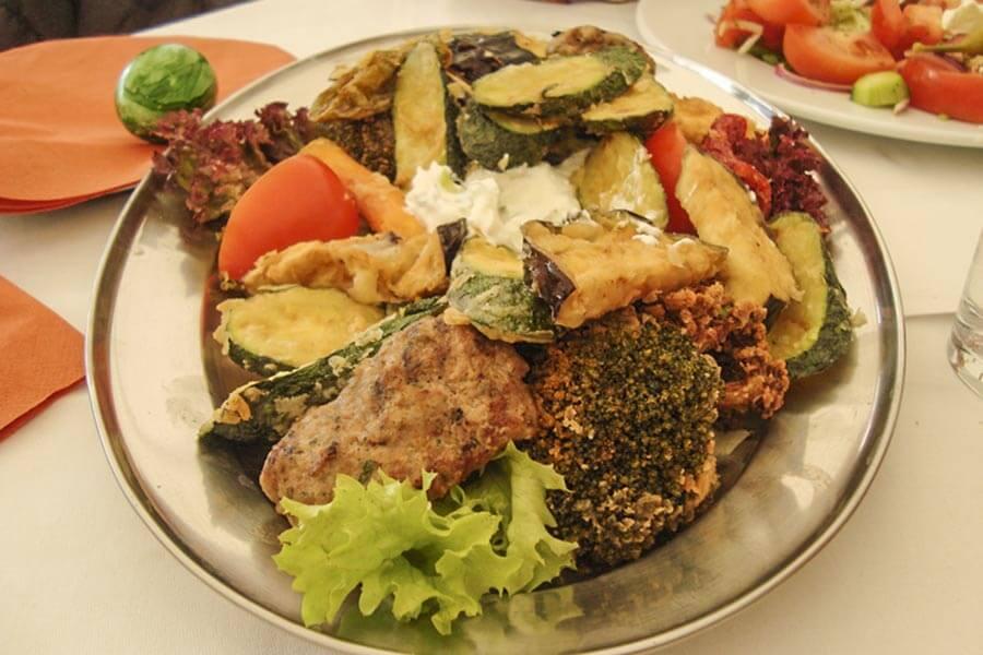 Frittiertes Gemüse gehört wie Lamm zum Osteressen dazu © Siegbert Mattheis