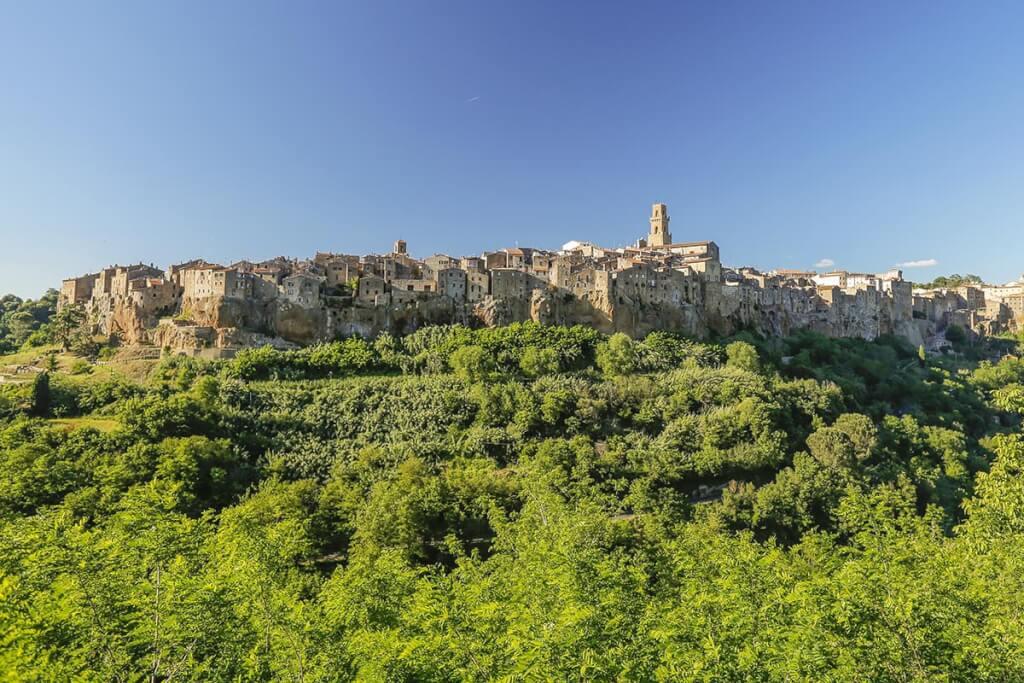 Hoch auf einem Felsen thront das mittelalterliche Städtchen Pitigliano © Siegbert Mattheis