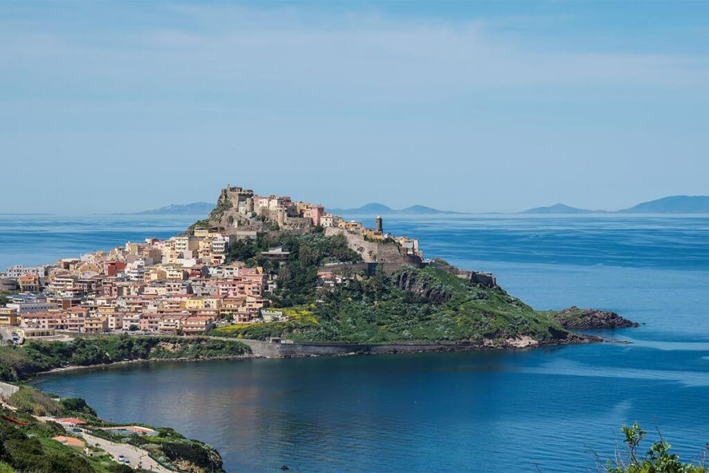 Das kleine Städtchen Castelsardo auf Sardinien, im Hintergrund die Inseln des Nationalparks Asinara © Siegbert Mattheis