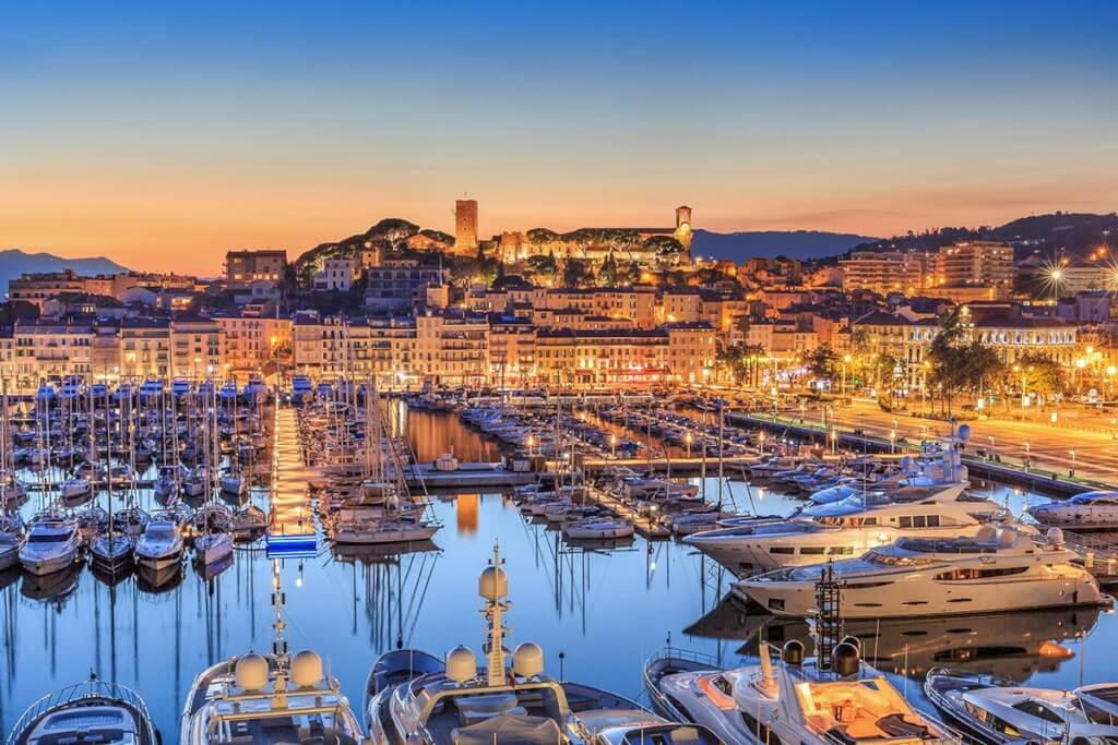 Der Yachthafen von Cannes mit Blick auf die Burg © Herve Fabre