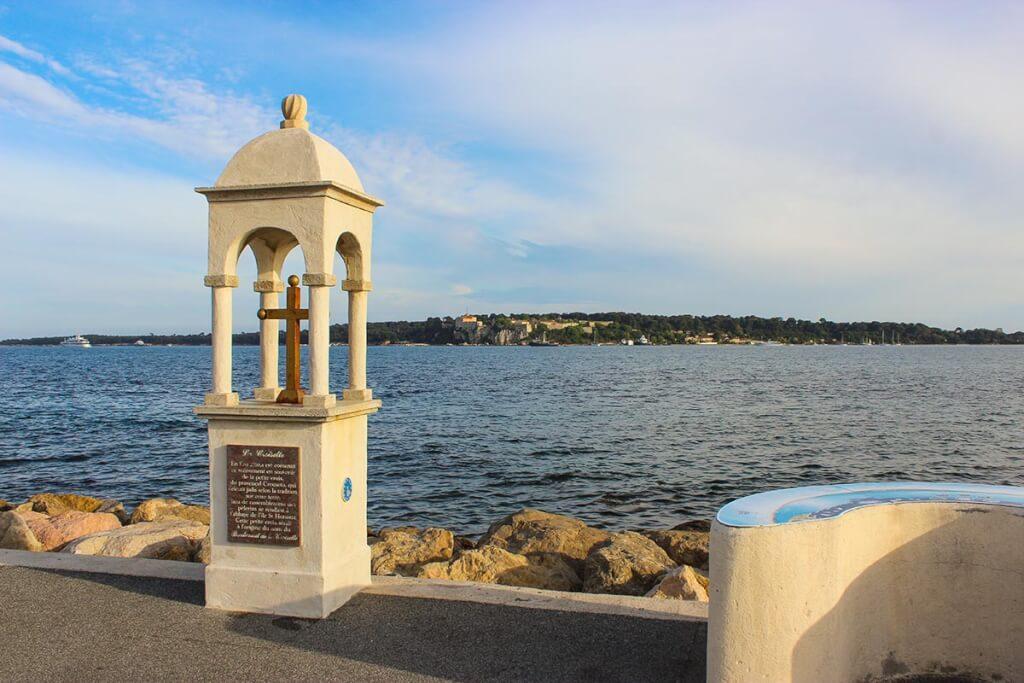 Dieses kleine Kreuz, auf provenzalisch Crouseto, am Ende der Croisette, gab dem Boulevard seinen Namen. Im Hintergrund die Lérin-Inseln © Siegbert Mattheis