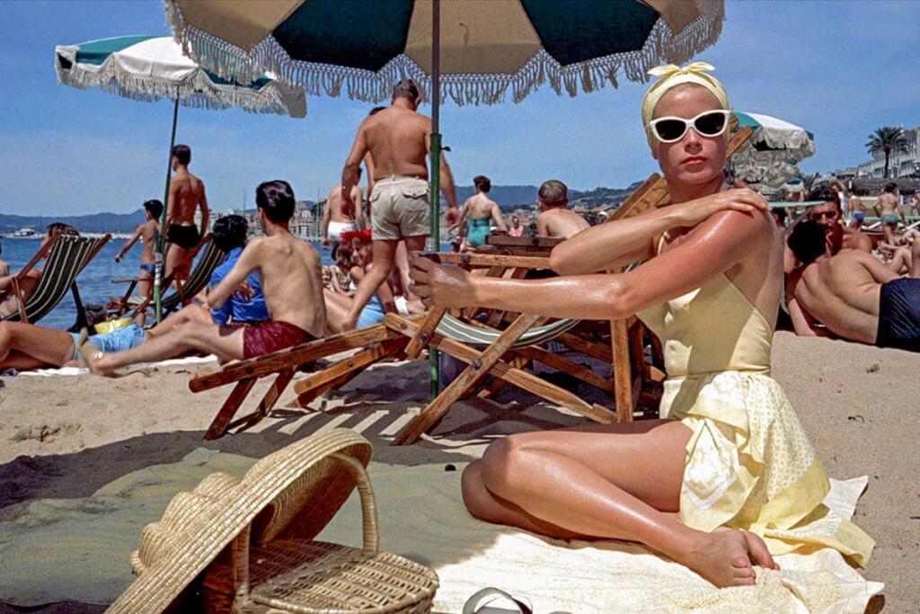 """Grace Kelly 1955 am Strand im Film """"Über den Dächern von Nizza"""" © Paramount"""