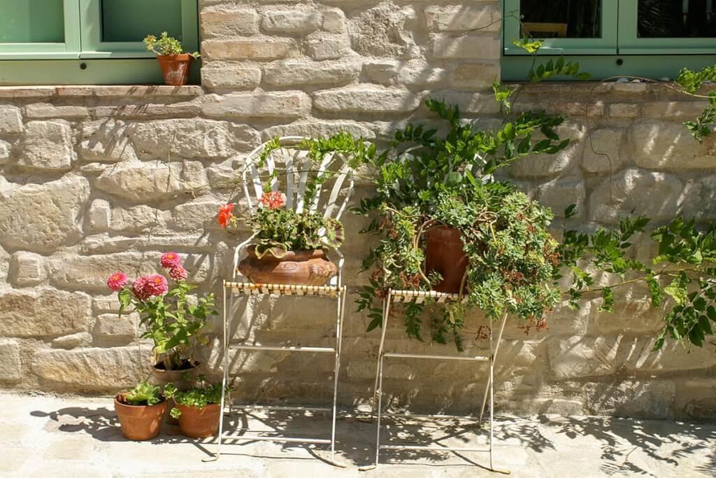 Mediterrane Kübelpflanzen sind ein Muss, z.B. hier auch auf ausrangierten Stühlen drapiert © Siegbert Mattheis