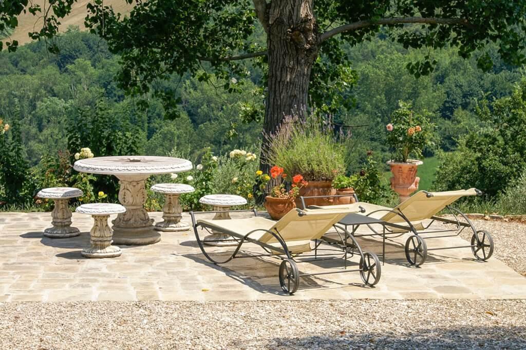 Elegante Liegen auf einer italienischen Terrasse © Siegbert Mattheis
