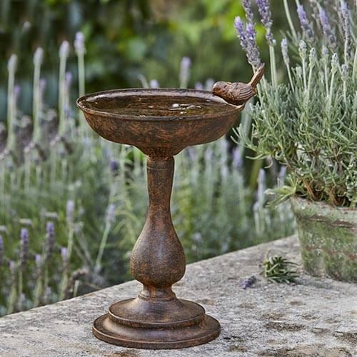 Vogeltränke aus Eisen in Rostoptik © Loberon