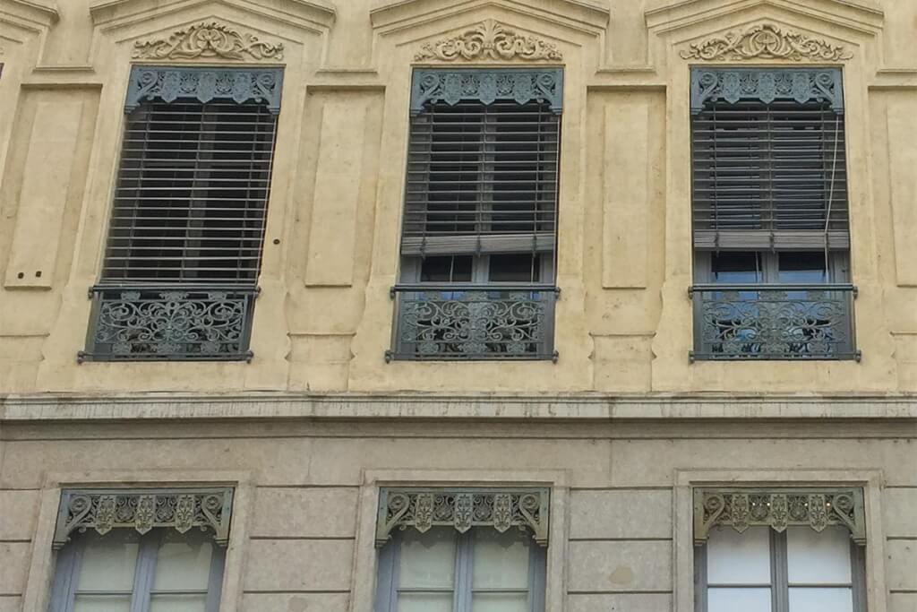 Aufwändig verzierte Lambrequin-Verkleidungen an Gründerzeitgebäuden in Lyon © Siegbert Mattheis