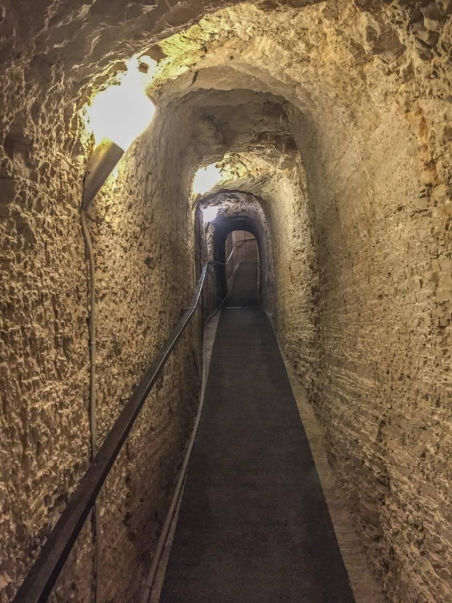 Durch schmale Gänge im alten Fort Verudela kommt man zu den verschiedenen Ebenen © Siegbert Mattheis