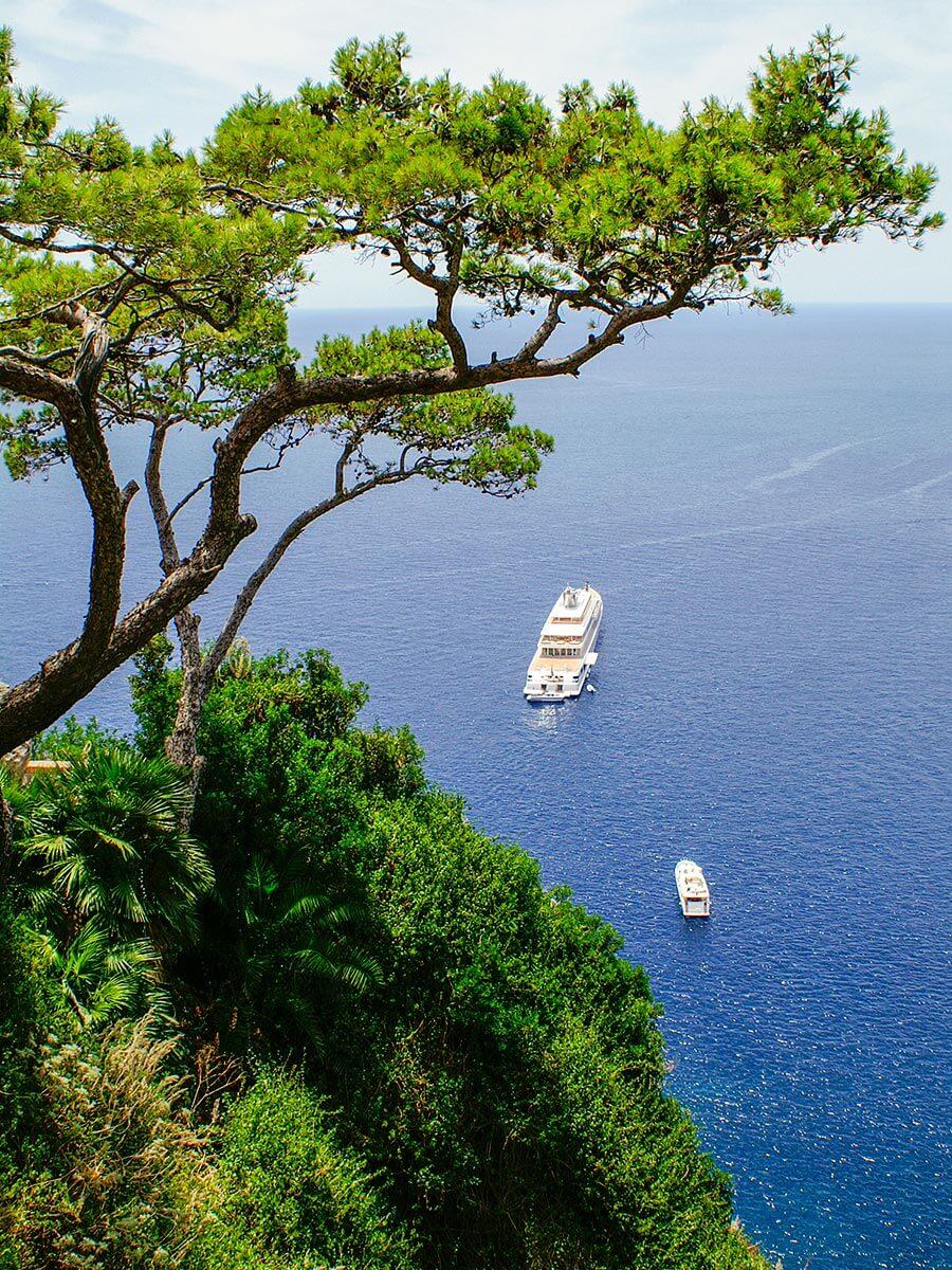 Blick von den Steilküsten auf das weite blaue Meer und weiße Yachten © Siegbert Mattheis