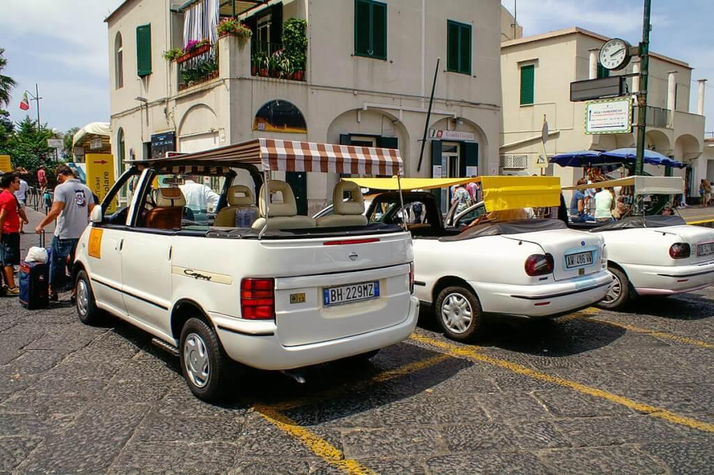Im Fährhafen Marina Grande warten die berühmten Cabrio-Taxis auf Gäste © Siegbert Mattheis