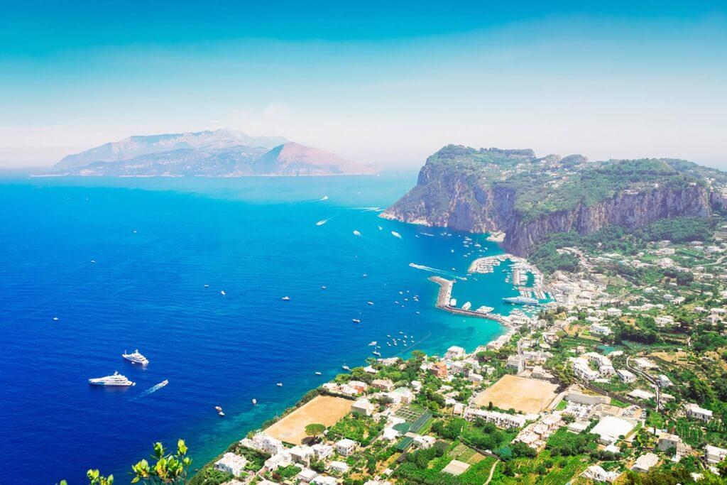 Atemberaubender Panoramablick auf Ischia und auf den Fährhafen Marina Grand vom Monte Solaro aus © Fotolia, neirfy