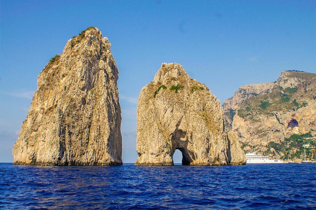 Durch das kleine Nadelöhr der Faraglioni-Felsen fahren viele Bootstouren © Siegbert Mattheis