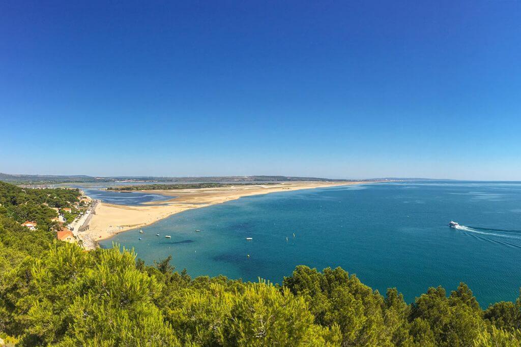 Blick auf den nördlichen Strand La Franqui (vorne) und Les Coussoules © OT Leucate