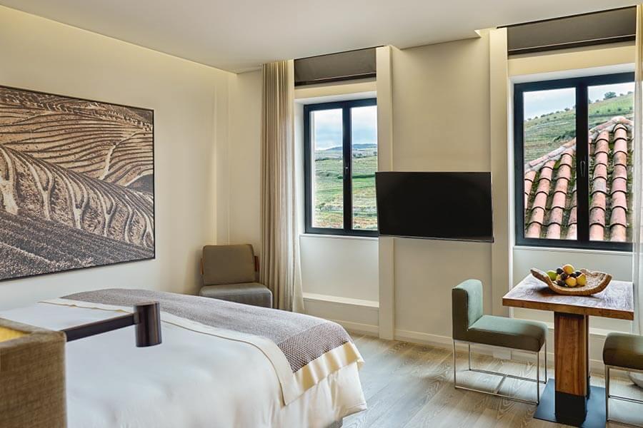 Zimmer im Six Senses Douro Valley mit Blick auf die Weinberge © INTOSOL Holdings PLC