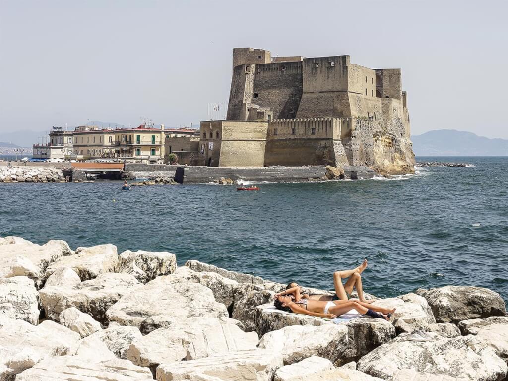 Castel dell'Ovo, Sonnenbaden vor historischer Kulisse © Siegbert Mattheis