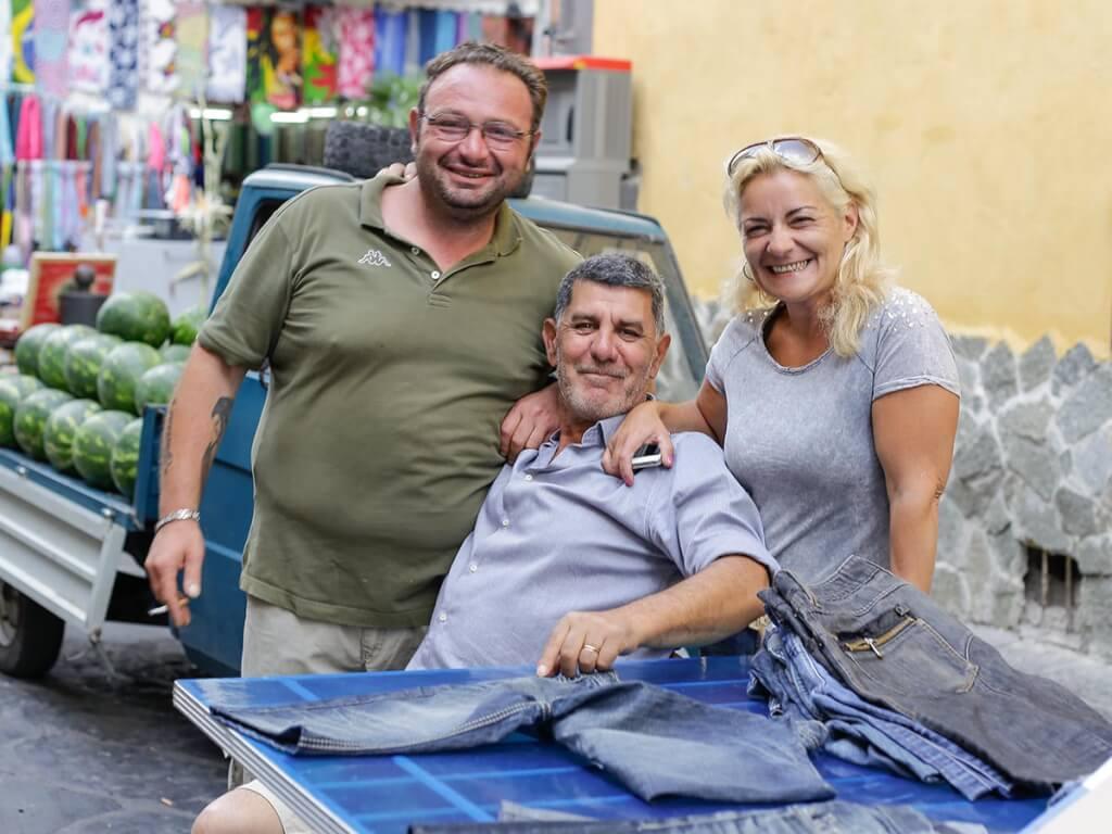 Freundliche Verkäufer auf dem Markt © Siegbert Mattheis