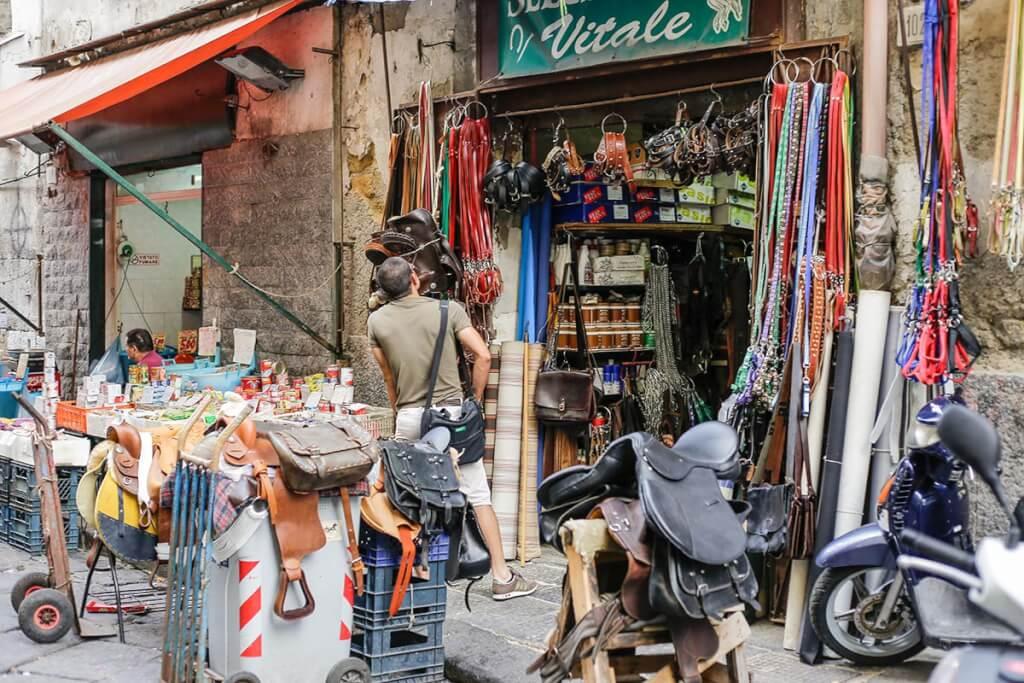Auf dem Markt an der Porta Nolana gibt es alles © Siegbert Mattheis